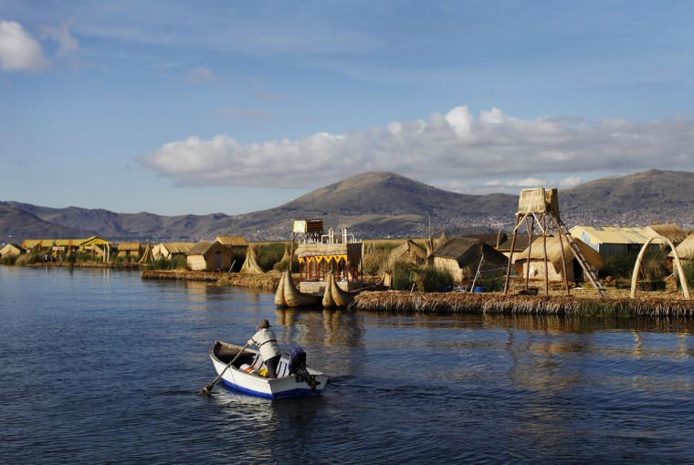 An Andean man rows a boat next to the shores of Uros islands at Lake Titicaca in Puno on November 5, 2014. (REUTERS/Enrique Castro-Mendivil)