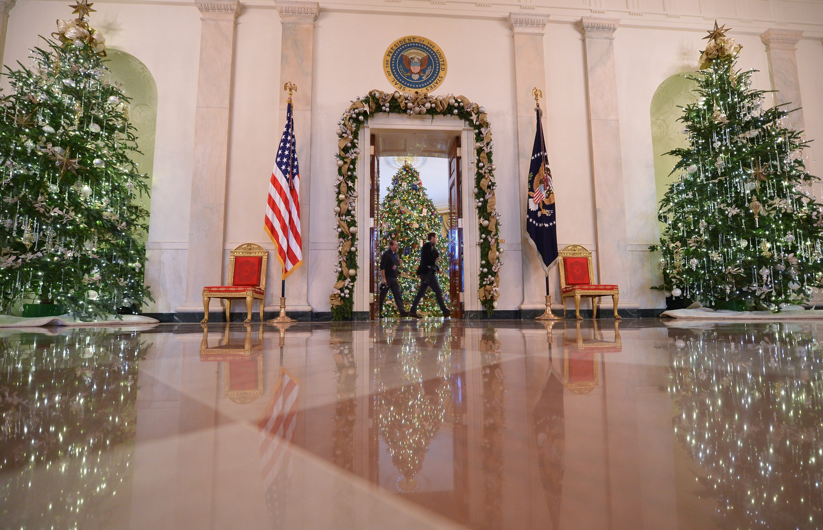 Michelle obama showcases the 2014 white house holiday for Christmas hall decorations