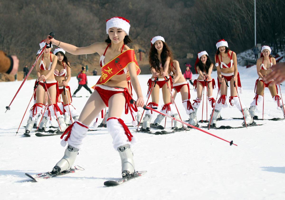 Christmas Eve around the world, travel woes, Santas having fun | Dec. 24