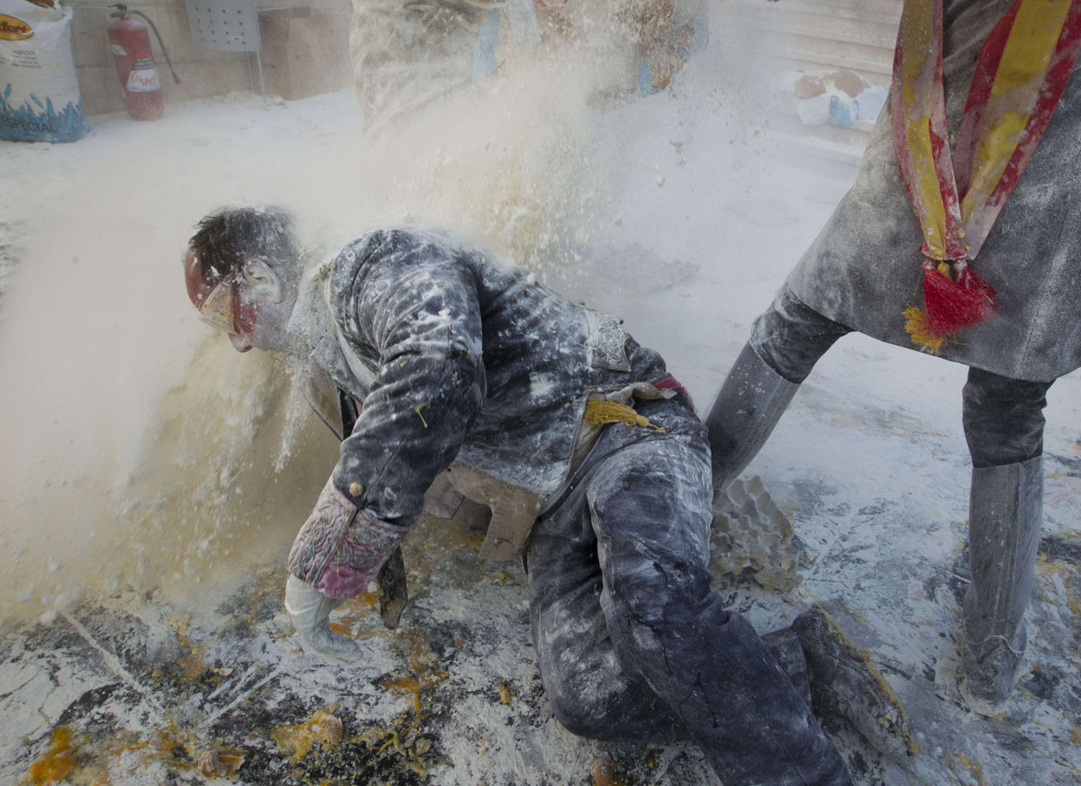 Flour fight in Spain celebrates Els Enfarinats