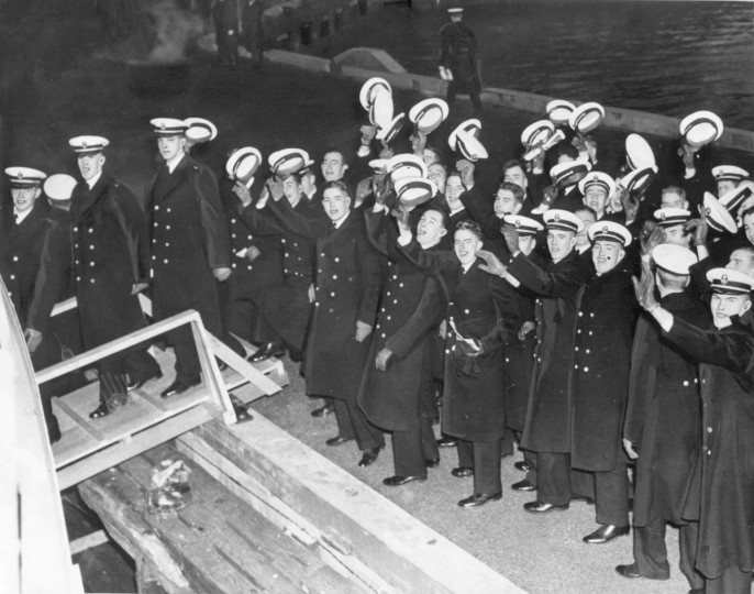 Confident Middies board boats at Annapolis for the 1944 Army-Navy Game in Baltimore. (UM Libraries, Special Collections, News American Photo)