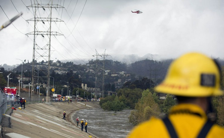 Los Angeles Fire Department personnel stand by next to the Los Angeles river during a rescue operation in Los Angeles, California December 12, 2014. (Mario Anzuoni/Reuters photo)