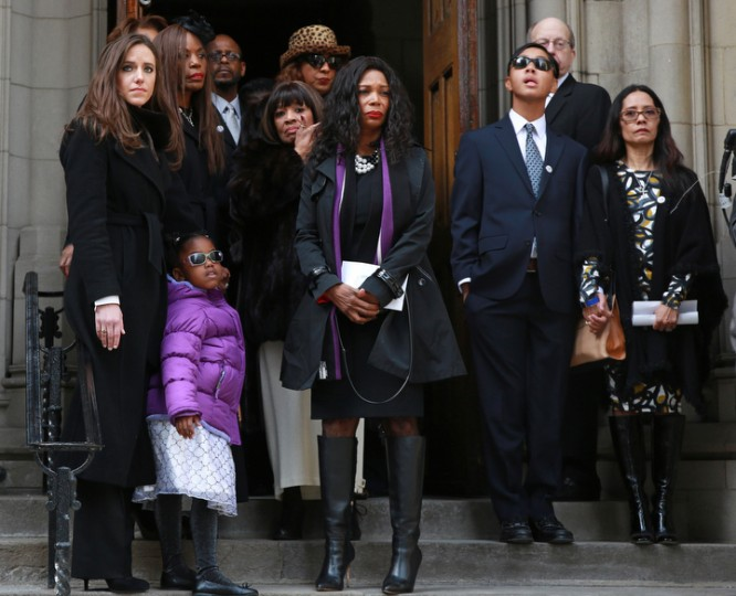 Relatives and friends watch as the casket of Ernie Banks is moved into a hearse outside Fourth Presbyterian Church in Chicago. (John J. Kim/Chicago Tribune/TNS)