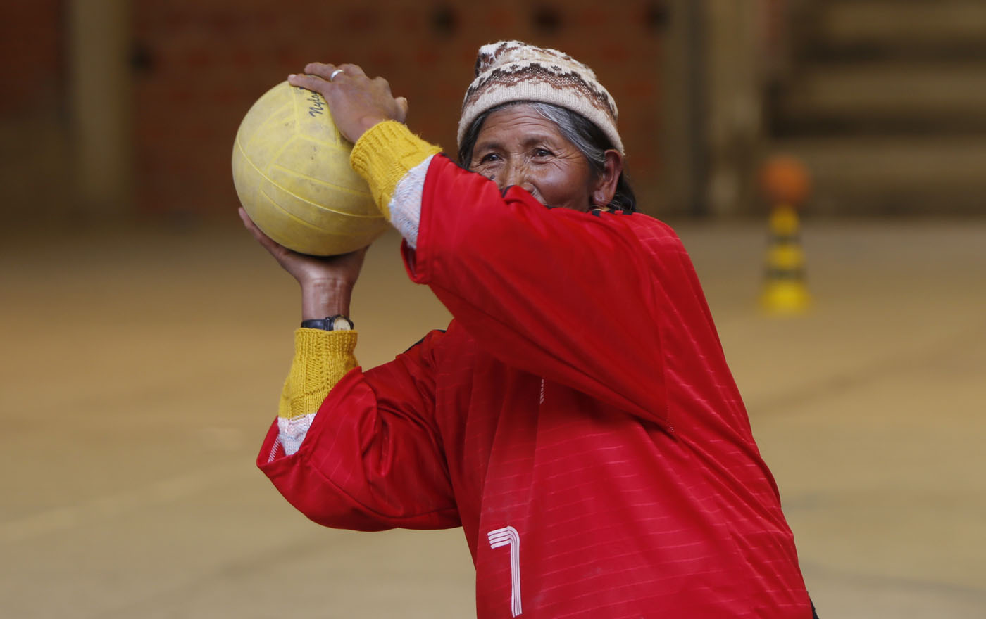 Bolivian grandmothers – and great-grandmothers – stay fit with handball