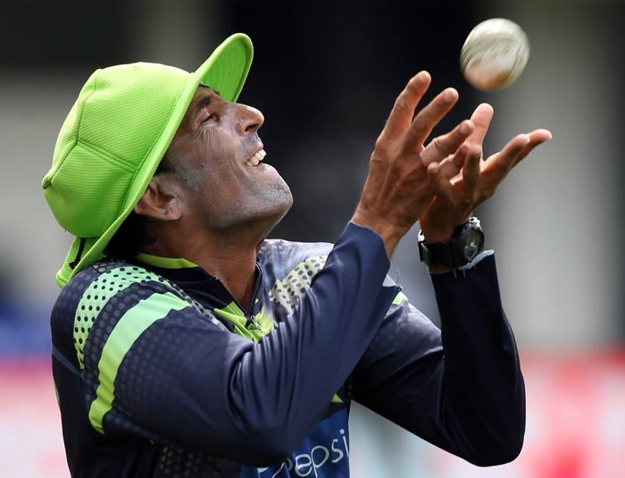 Pakistan's Younus Khan catches the ball during a training session ahead of their 2015 Cricket World Cup Group B match against United Arab Emirates in Napier on Tuesday. (MICHAEL BRADLEY/AFP/Getty Images)