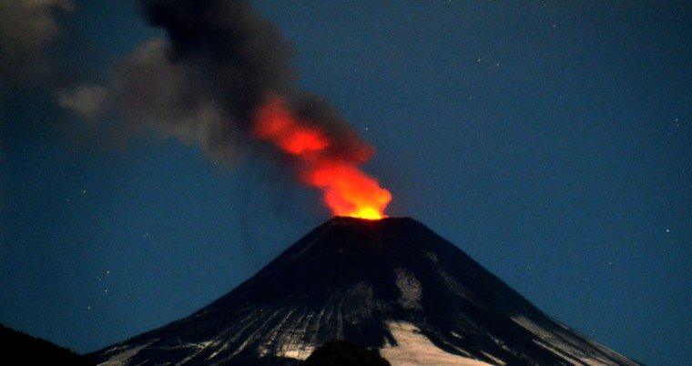 View of the Villarrica volcano from Pucon, some 800 km south of Santiago, showing visible signs of activity on April 5, 2015. Earlier this month, in its first major eruption in 15 years, the Villarrica forced the evacuation of thousands of people amid a shower of fire and ash. (AFP Photo)