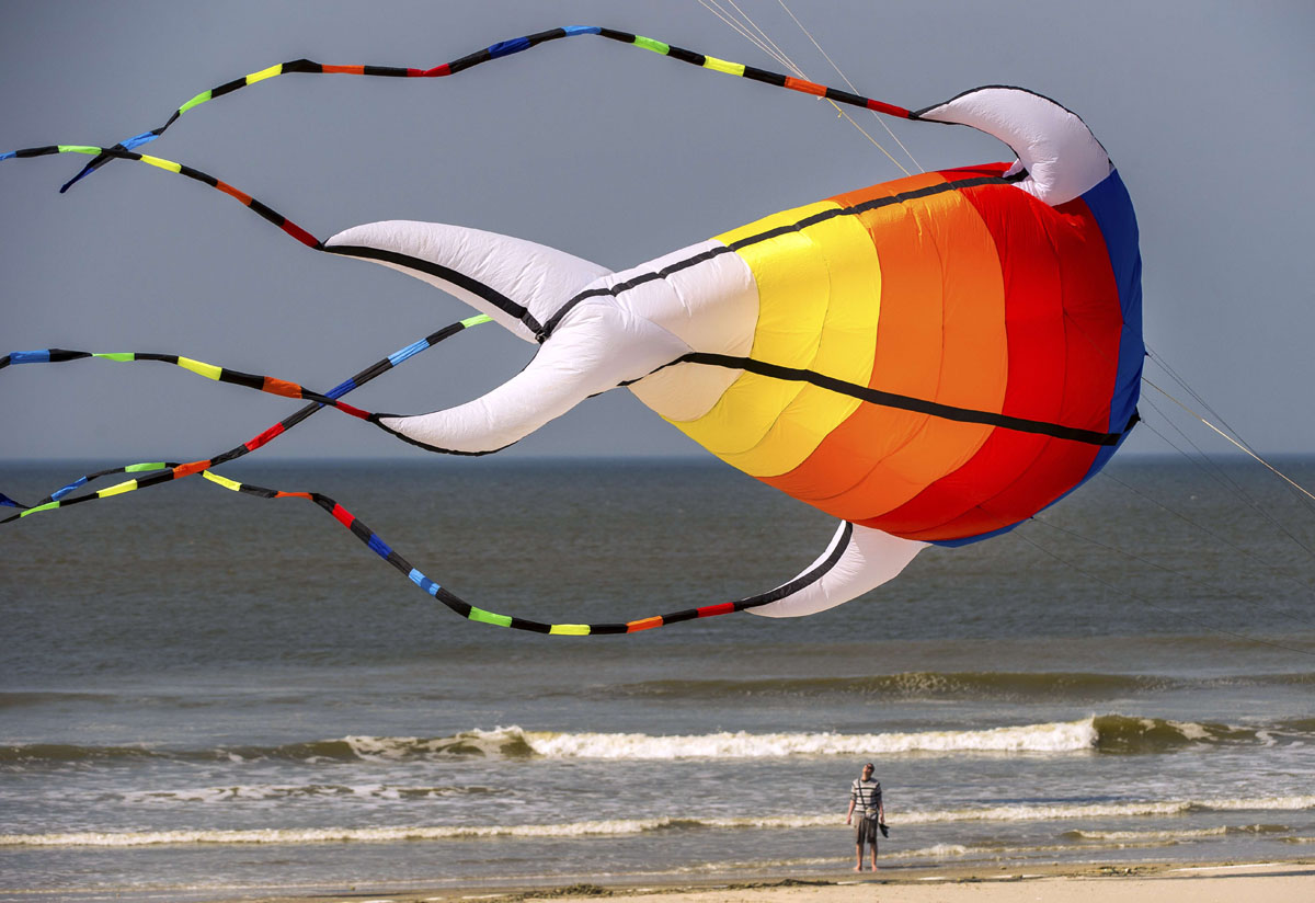 "Rescuing migrants, Boston Marathon, ""International Kite Meeting"" in France 