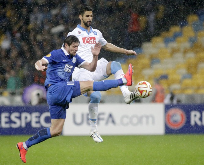 FC Dnipro's Yevhen Seleznyov (left) vies with SSC Napoli Manolo Gabbiadini in Kiev on May 14, 2015, during the UEFA Europa League semi-final second leg football match between FC Dnipro and SSC Napoli. (ANATOLII STEPANOV/AFP/Getty Images)