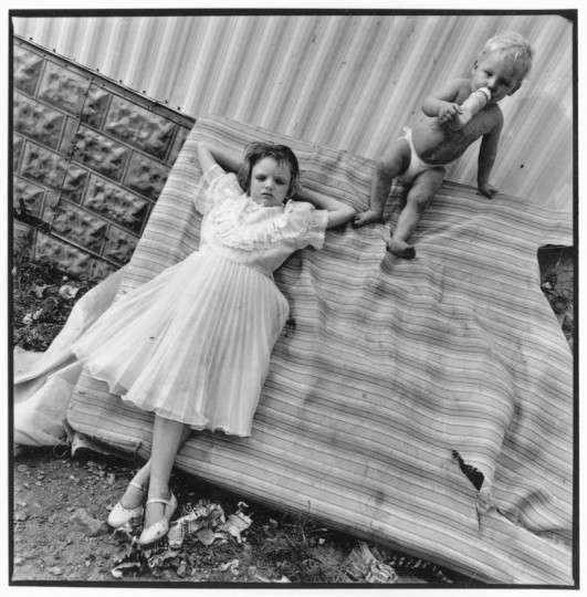 Stacy Spivey and her baby brother, McKee, Kentucky, 1990. (Mary Ellen Mark)