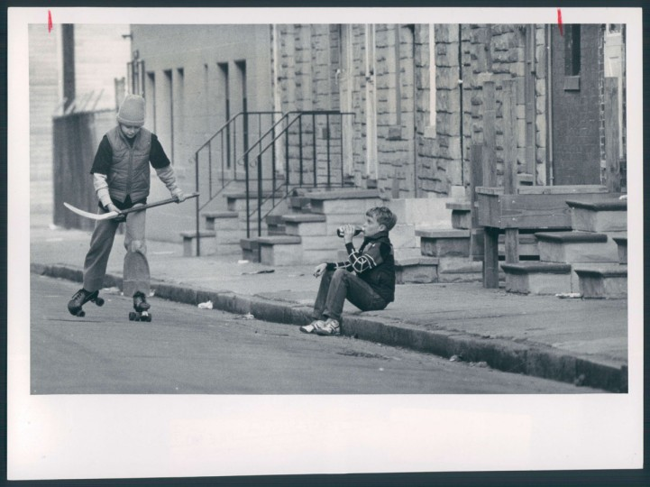Shawn Reichenberg and Joe Kelly are pictured outside Haubert Street rowhouses in Locust Point on March 28, 1982. (Baltimore Sun photo by Jed Kirschbaum)