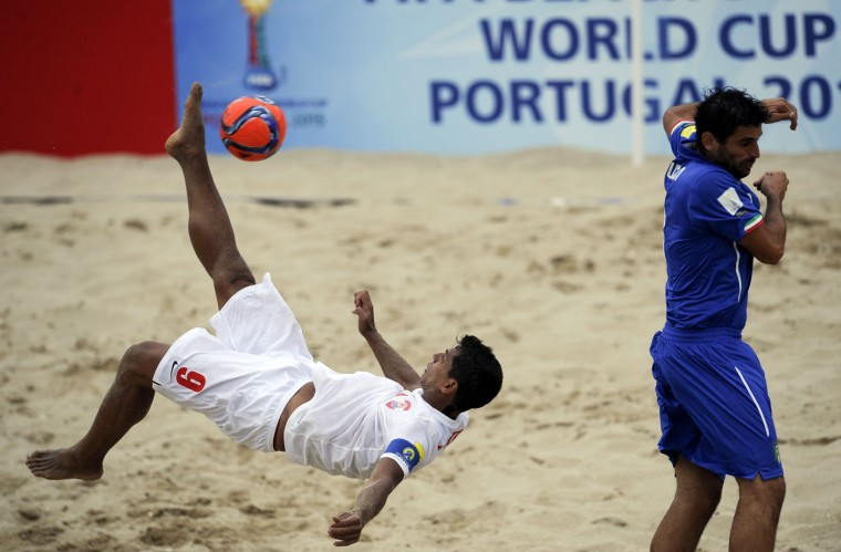 Italy's Marruci, right, vies Tahiti's Bennett during their FIFA Beach Soccer World Cup semi-final match in Espinho, Portugal, Saturday, July 18, 2015. Tahiti won on penalties 3-1 after a 6-6 draw. (AP Photo/Paulo Duarte)