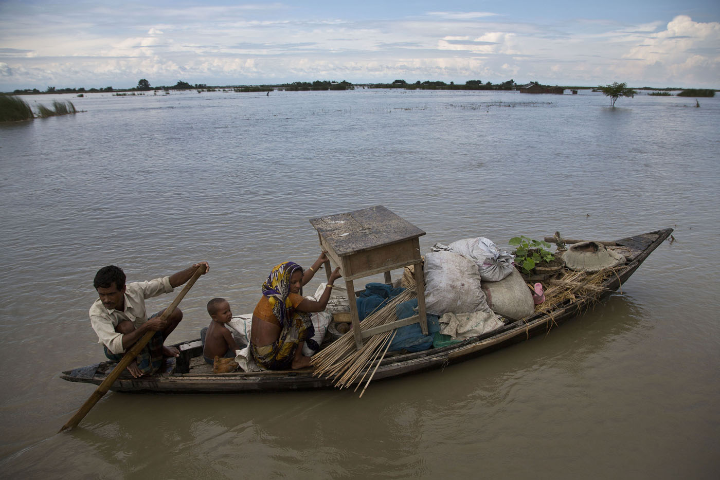 flood in hindi India floods: 213 killed in gujarat as receding waters reveal more victims authorities race to identify bodies as rescue workers reach new areas and fear monsoon death toll will rise further.