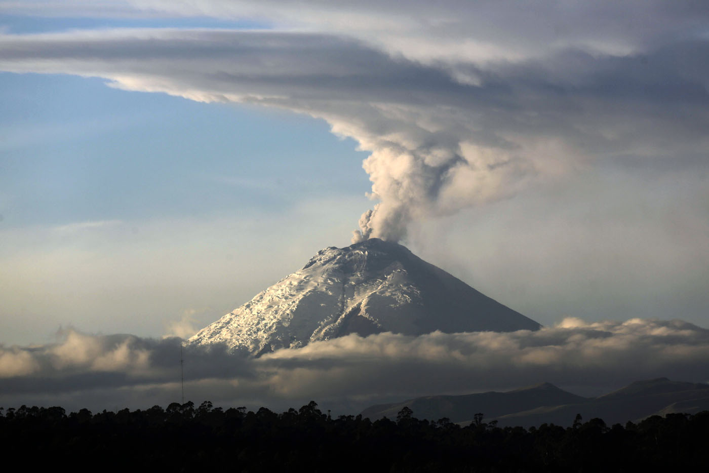 Volcano in Ecuador, mini electric motorcycles, northern lights over England | Oct. 8