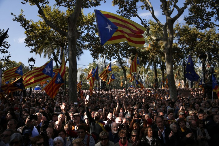 """People wave """"estelada"""" or pro-independence flags as regional acting President Artur Mas leaves Catalonia's high court after being questioned over their suspected roll in holding a poll in Barcelona, Spain, Thursday, Oct. 15, 2015. Thousands of people are rallying outside a Barcelona court in support of Catalan regional acting President Artur Mas who has arrived for questioning over the staging of a symbolic referendum on secession from Spain last year. (AP Photo/Emilio Morenatti)"""