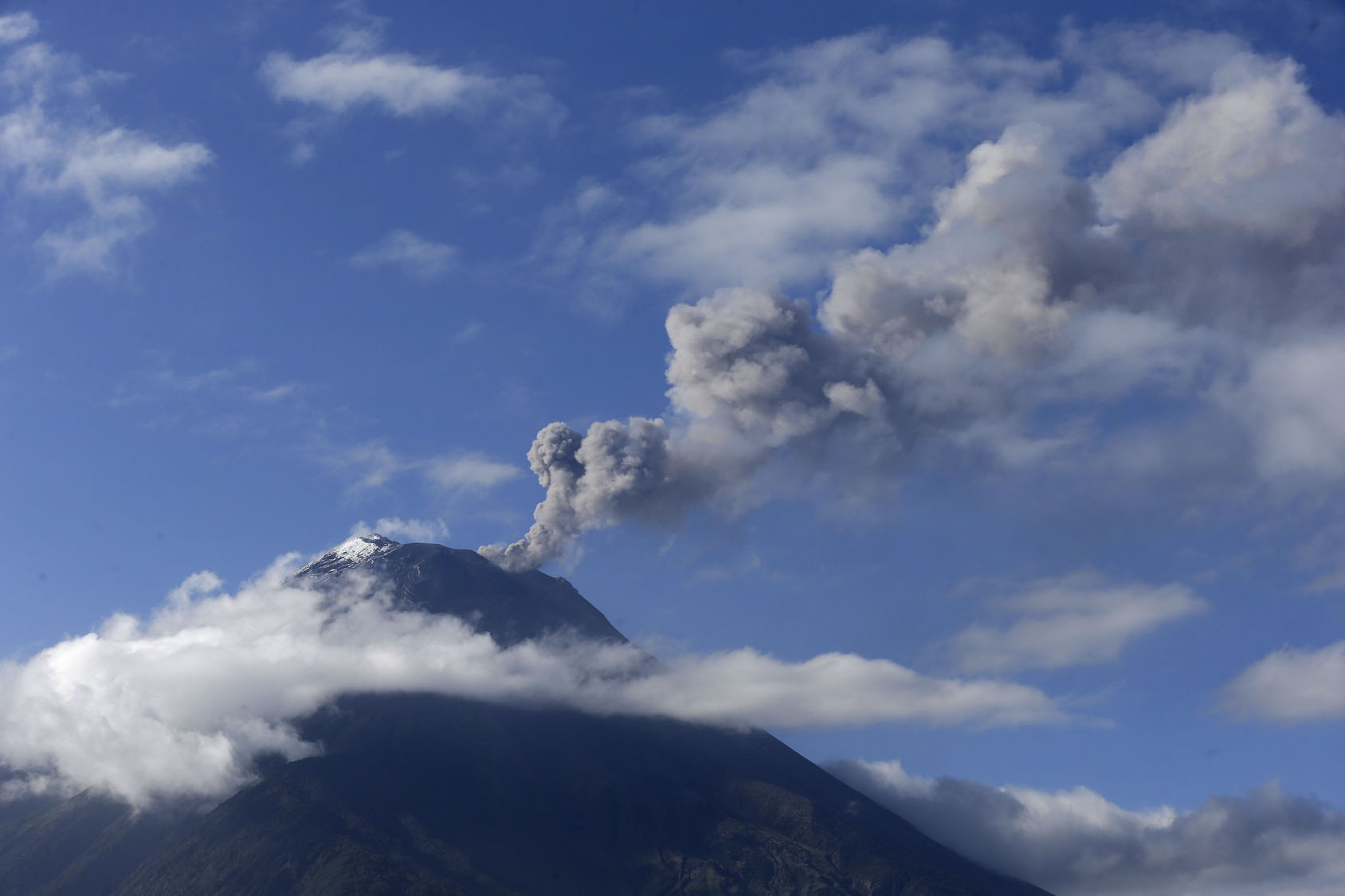 Ecuador''s Tungurahua volcano dusts cities with ash