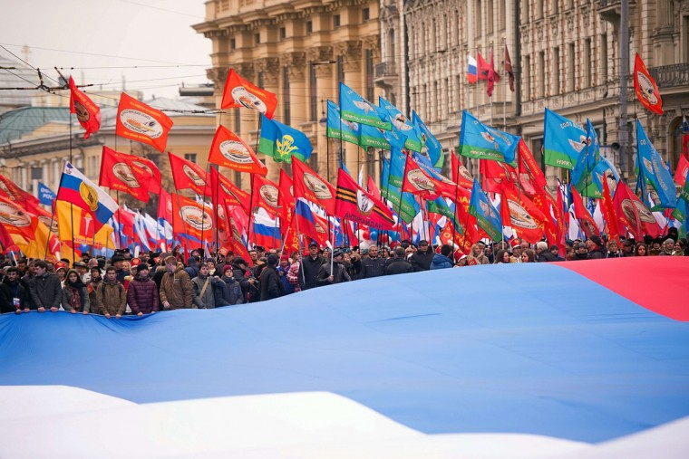 Pro-Kremlin supporters march in central Moscow on November 4, 2015 as they celebrate the National Unity Day, marking the 403rd anniversary of the 1612 expulsion of Polish occupation forces from the Kremlin. (AFP Photo/Alexander Utkin)