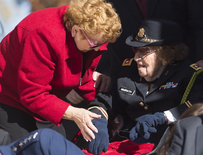 The oldest known female World War II vet, Army Lieutenant Colonel Luta C. McGrath (R), who turns 108 later this month, attends Veteran's Day ceremonies at Arlington National Cemetery in Arlington, Virginia, November 11, 2015. (AFP Photo/Saul Loeb)