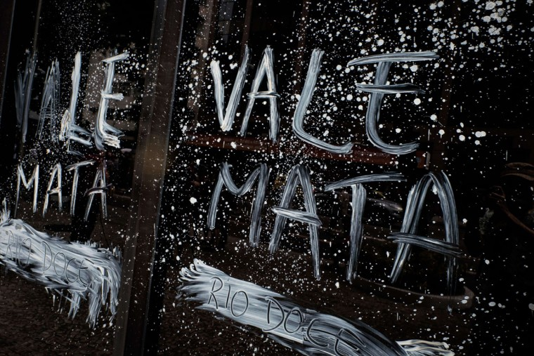 """View of the façade of Brazilian mining company Vale headquarters reading """"Vale kills"""" after protesters threw muddy water on it in Rio de Janeiro, Brazil, on November 16, 2015. The bursting of two dams at a mine operated by Brazilian company Samarco - equally owned by Vale and Australian BHP Billiton- unleashed torrents of waste that flattened a village in Minas Gerais State on November 5 killing ten people. Brazilian mining firm Samarco promised Monday to pay at least $260 million for damage from the bursting, prosecutors said. (YASUYOSHI CHIBA/AFP/Getty Images)"""