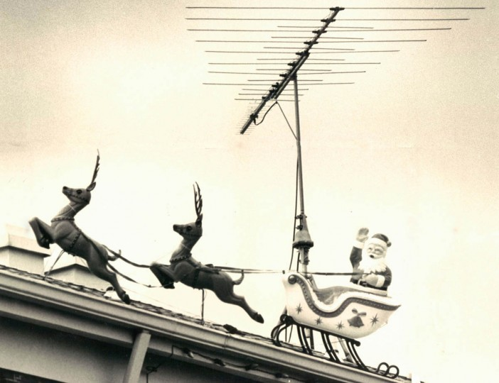 Santa Clause sneaks in under a television antenna for the annual Christmas visit to the 700 block of Mansfield road in 1971. (Lloyd Pearson/Baltimore Sun)