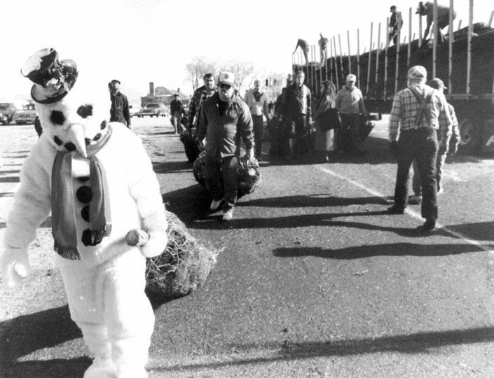 Frosty drags a Christmas tree during a fundraiser for the Medical Eye Bank in 1989. (Irving H. Phillips, Jr./Baltimore Sun)