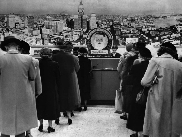 Customers line up to cash Christmas checks at Provident Savings Bank in Baltimore in 1950. (William Klender/Baltimore Sun)