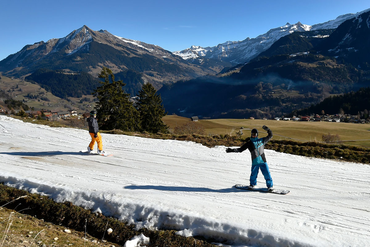 Ski season slumping on snowless Swiss Alps