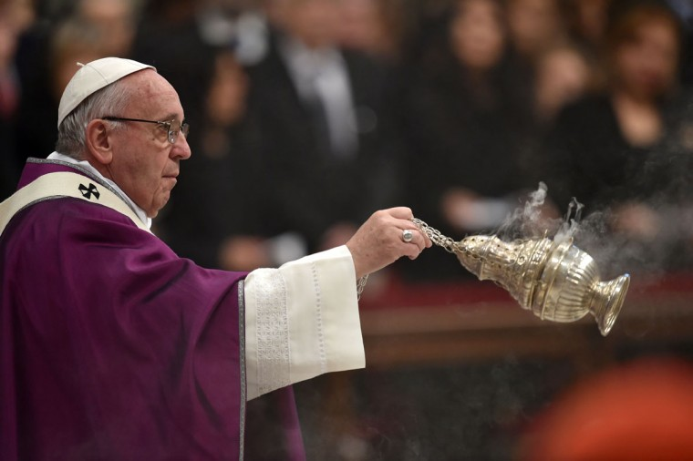 Pope Francis swings a censer during the Ash Wednesday mass opening Lent, the forty-day period of abstinence and deprivation for Christians, before Holy Week and Easter, on February 10, 2016 in Vatican. (AFP Photo / Alberto Pizzoli)