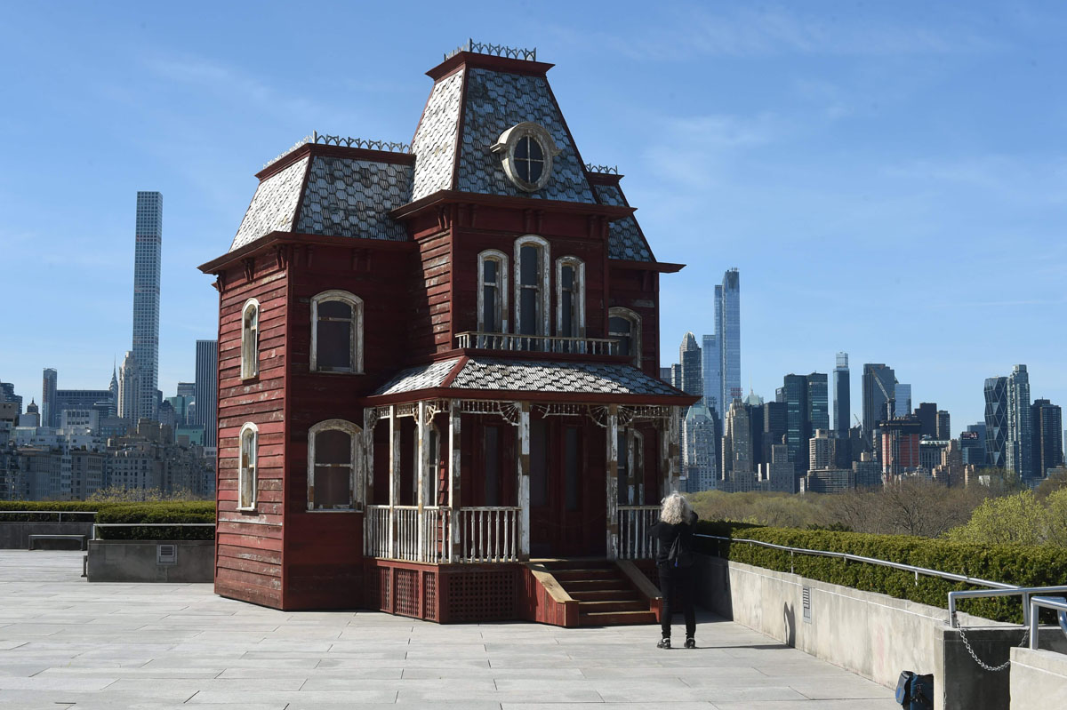 Bates mansion on the met roof for Maison a new york