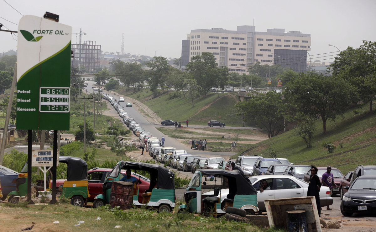 Nigeria fuel shortage creates massive queues and black markets