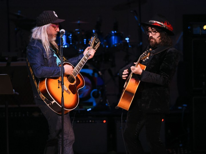 Musicians J Mascis, left, and Sean Lennon perform together at The Music of David Bowie tribute concert at Carnegie Hall on Thursday, March, 31, 2016, in New York. (Photo by Evan Agostini/Invision/AP)