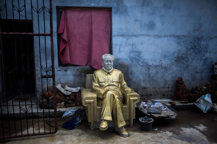 This picture taken on April 21, 2016 in Shaoshan shows a Mao statue in a backyard of a factory specialized in Mao memorabilia. Shaoshan in central China's province Hunan is the hometown of former communist leader Mao Zedong. The small village is a hotspot for 'red tourism'. Millions of Mao devotees from all over the country come to Shaoshan every year. (AFP PHOTO / JOHANNES EISELE)