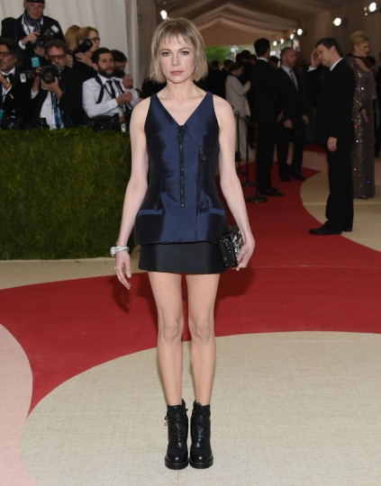 """Michelle Williams arrives at The Metropolitan Museum of Art Costume Institute Benefit Gala, celebrating the opening of """"Manus x Machina: Fashion in an Age of Technology"""" on Monday, May 2, 2016, in New York. (Photo by Evan Agostini/Invision/AP)"""
