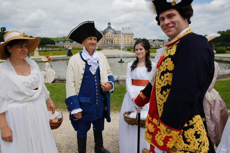 People wearing period costumes pose at the Chateau de Vaux-le-Vicomte (Vaux-le-Vicomte castle) in Maincy near Paris on June 26, 2016, during the annual Grand Siecle day event, a rendez-vous for costume passionates. (AFP PHOTO / MATTHIEU ALEXANDRE)