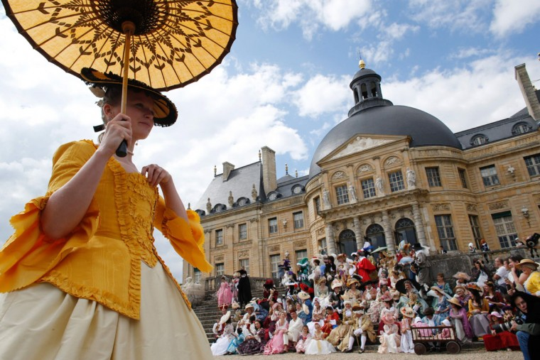 People wearing period costumes attend the annual Grand Siecle day event, a rendez-vous for costume passionates, at the Chateau de Vaux-le-Vicomte (Vaux-le-Vicomte castle) in Maincy near Paris on June 26, 2016. (AFP PHOTO / MATTHIEU)