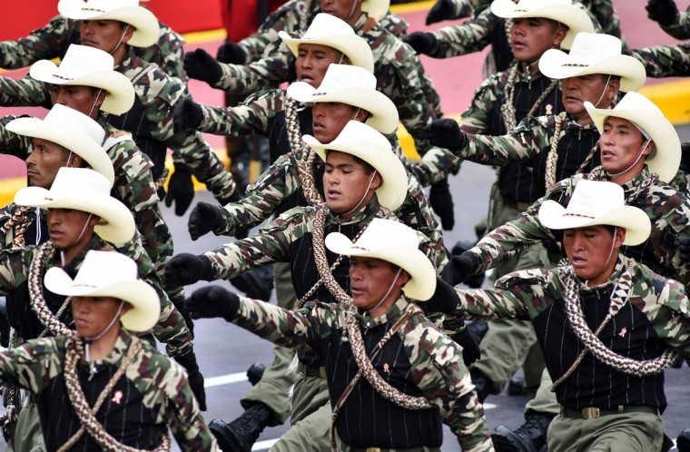 Members of self-defense commities take part in a military parade to celebrate Peru¥s Independence Day in Lima on July 29, 2016. / (AFP Photo/Cris Bouroncle)