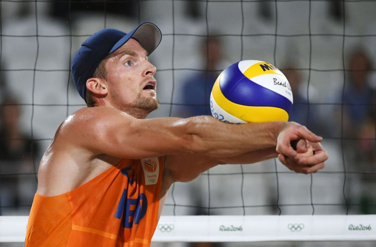 Robert Meeuwsen of the Netherlands controls the ball during the men's beach volleyball bronze medal match between Russia and the Netherlands at the Beach Volley Arena in Rio de Janeiro on August 18, 2016, for the Rio 2016 Olympic Games. (Yasuyoshi Chiba/AFP/Getty Images)