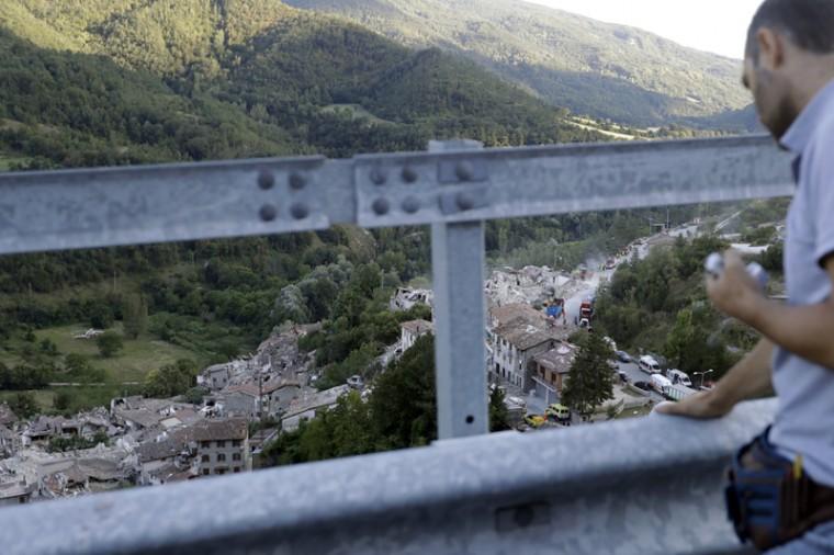 APphoto_Italy Quake