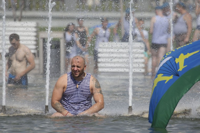 Former Russian paratroopers cool themselves in a fountain while celebrating Paratroopers Day in a fountain in Moscow, Russia, on Tuesday, Aug. 2, 2016. Russian Paratroopers' Forces celebrate the 86th anniversary of the establishment of Russia's airborne forces. (AP Photo/Ivan Sekretarev)