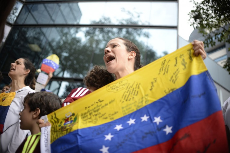 Venezuelan citizens protest in the vicinity of the Venezuelan embassy in Guatemala asking for a recall referendum against President Nicolas Maduro, in Guatemala City on September 1,2016. / (AFP Photo/Johan Ordonez)
