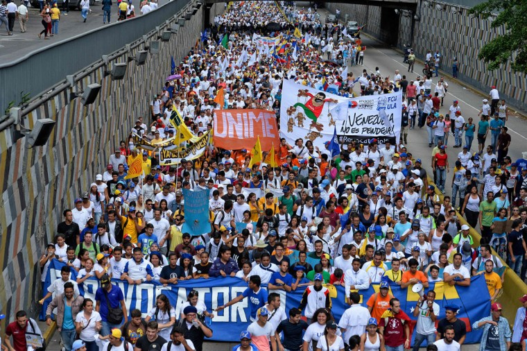 Activists take part in an opposition march in Caracas, on September 1, 2016. Venezuela's opposition and government head into a crucial test of strength Thursday with massive marches for and against a referendum to recall President Nicolas Maduro that have raised fears of a violent confrontation. / (AFP Photo/Federico Parra)