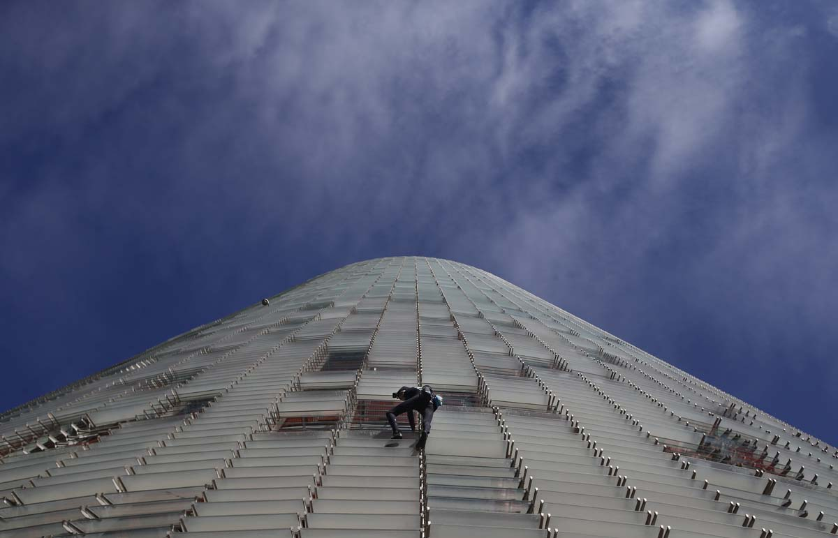 """French Spiderman"" scales 475-foot tower in Barcelona"