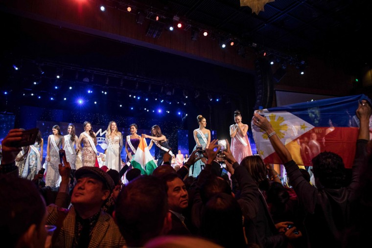Members of the audience gather around the stage following the Grand Final of the Miss World 2016 pageant at the MGM National Harbor December 18, 2016 in Oxon Hill, Maryland. (AFP PHOTO / ZACH GIBSON)
