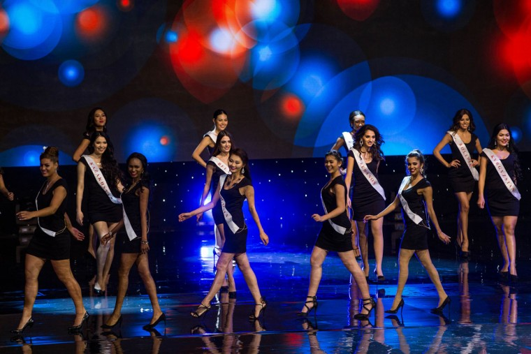 Contestants are pictured on stage during the Grand Final of the Miss World 2016 pageant at the MGM National Harbor December 18, 2016 in Oxon Hill, Maryland. (AFP PHOTO / ZACH GIBSON)