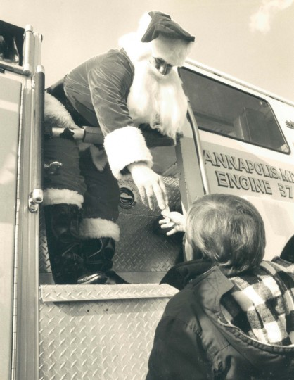 Santa Claus arrives at the Annapolis City dock to hundreds of waiting children and their parents in 1990. Santa passed out candy cane treats to the children and received a few love letter from the kids. (Kenneth K. Lam/Baltimore Sun)