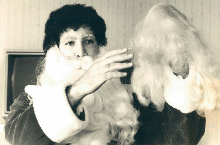 Mike Kaplan dons Santa's beard and wig at Santa College in 1986. (Baltimore Sun)