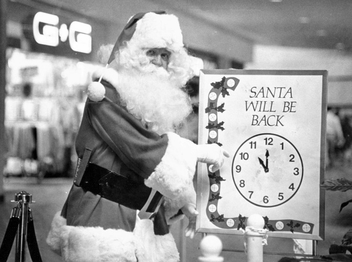 The Hunt Valley Mall Santa Claus lets customers know when heÕll return in 1983. (Baltimore Sun)