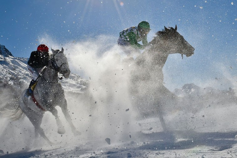 Competitors take part in the 1600 meters flat race at the White Turf horse racing event in St Moritz on February 19, 2017. (MICHAEL BUHOLZER/AFP/Getty Images)