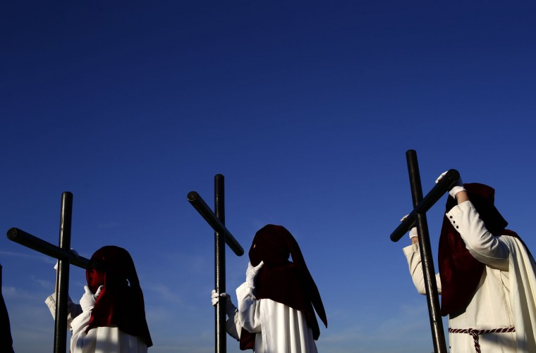 "Hooded penitents from ""Vera Cruz"" brotherhood take part during a Holy Week procession in Cordoba, Spain, Monday, April 10, 2017. Hundreds of processions take place throughout Spain during the Easter Holy Week. (AP Photo/Manu Fernandez)"