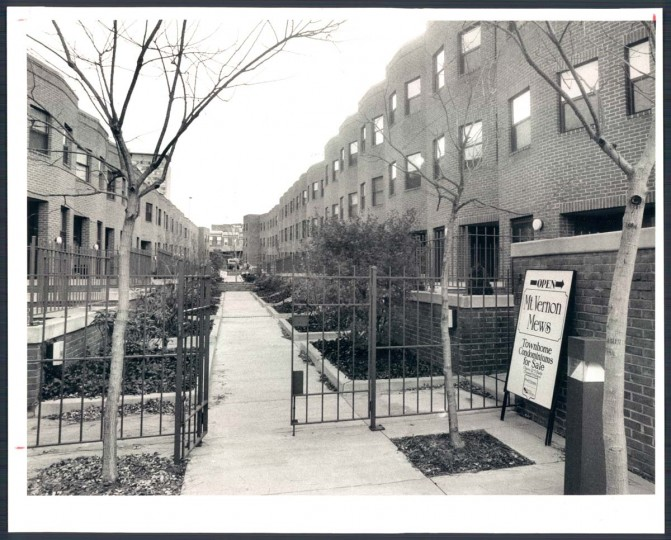 A view of Mount Vernon Mews on Dec. 9, 1984. (Baltimore Sun photo)