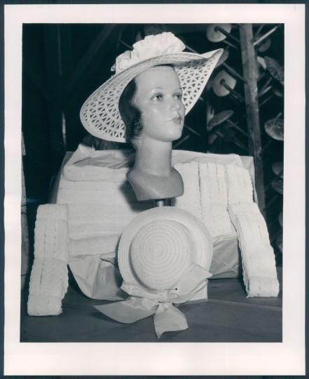 Mannequin wearing straw hat in 1947. (Baltimore Sun archives)